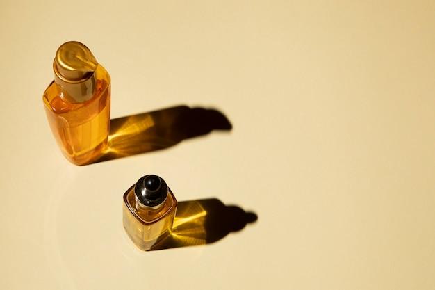 Bouteilles d'huile essentielle sur fond uni