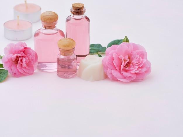Bouteilles d'huile essentielle de rose
