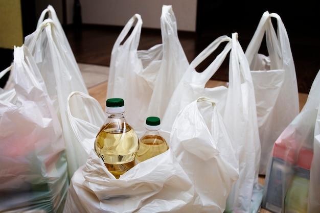 Des bouteilles d'huile végétale et de nombreux sacs sont par terre