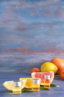 Bouteilles d'huiles essentielles d'agrumes sur table