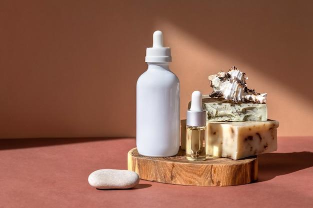 Bouteilles d'huiles essentielles, concept de produits de soins corporels sur stands ou podiums tendance.
