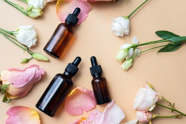 Bouteilles d'huiles essentielles et de roses