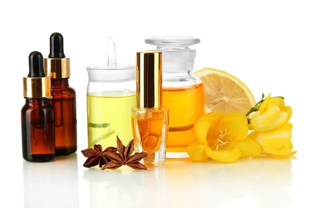 Bouteilles avec des ingrédients pour le parfum, isolé sur blanc