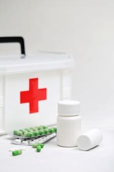 Bouteilles de médicaments et trousse médicale à domicile