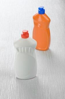 Bouteilles de nettoyants vierges sur fond blanc