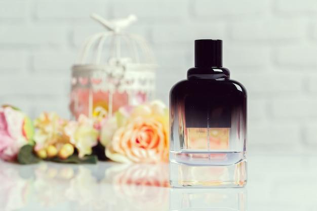 Bouteilles de parfum avec des fleurs