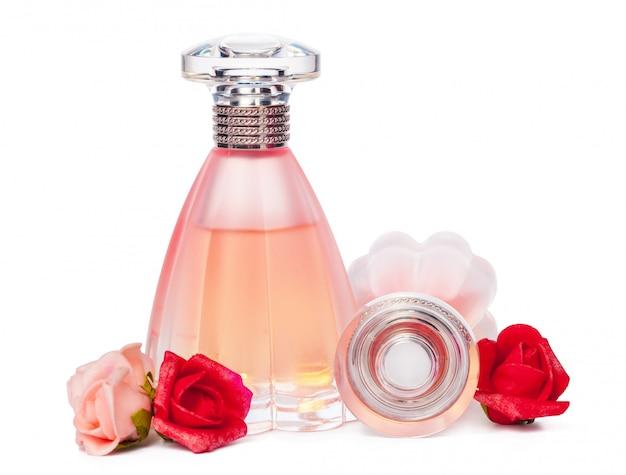 Bouteilles de parfum isolés sur fond blanc