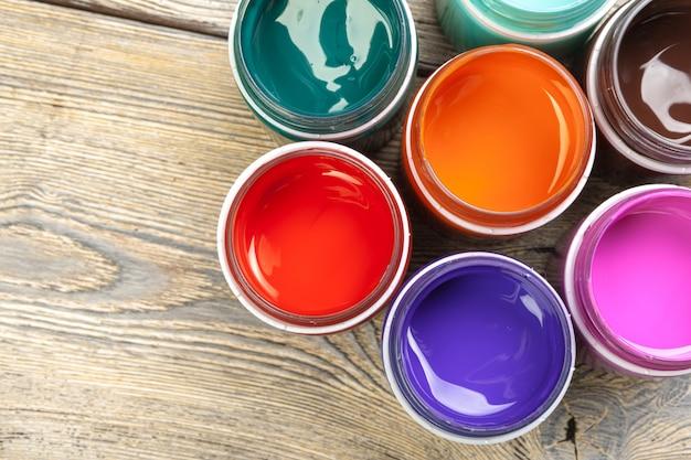 Bouteilles de peinture sur table en bois rustique