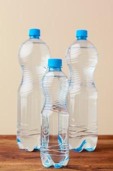 Bouteilles en pet d'eau sur une table vide