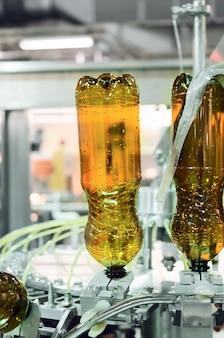 Bouteilles pet en plastique vides dans une machine de remplissage. production de brassage, abstrait industriel.