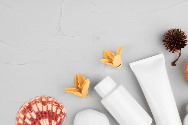 Des bouteilles en plastique de composition de produits de beauté et de soins corporels se bouchent