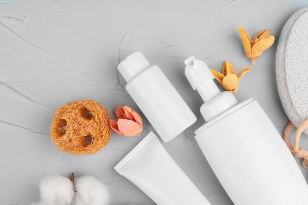 Bouteilles en plastique de composition de produits de beauté et de soins du corps se bouchent