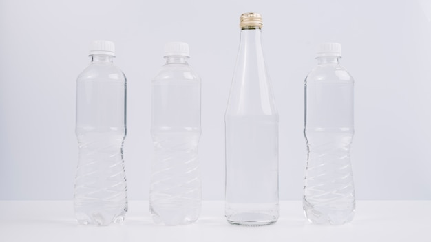 Bouteilles en plastique à côté d'eco amical
