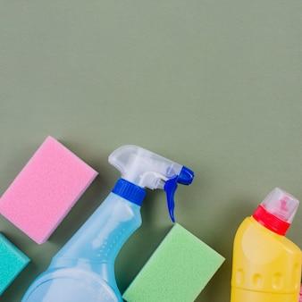 Bouteilles en plastique et une éponge sur fond coloré