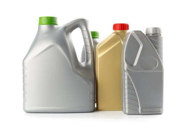 Bouteilles en plastique d'huiles automobiles isolés sur blanc