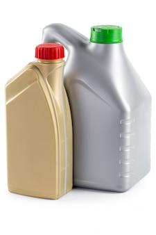Bouteilles en plastique avec des huiles automobiles