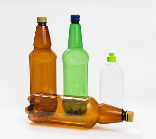 Bouteilles en plastique multicolores sur fond blanc. le concept de recyclage du plastique. conteneur de liquides.