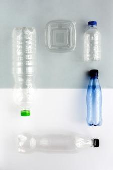 Bouteilles en plastique à recycler. nouage