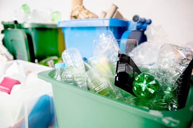 Bouteilles en plastique usagées dans les bacs de recyclage pour la campagne du jour de la terre