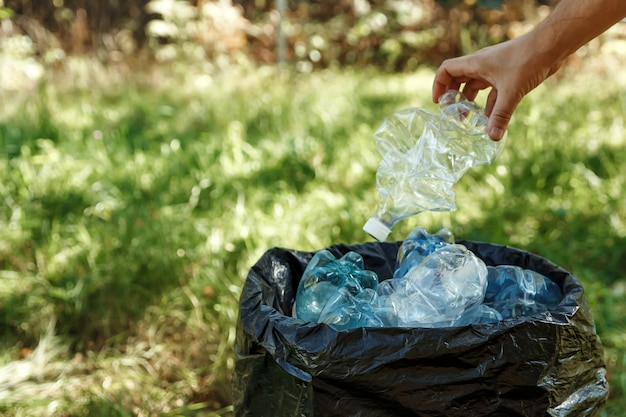 Les bouteilles en plastique usagées sont stockées dans des sacs noirs pour être recyclées.