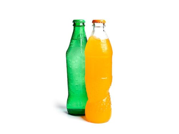 Bouteilles de soda isolé sur blanc. trois bouteilles de soda multicolores.