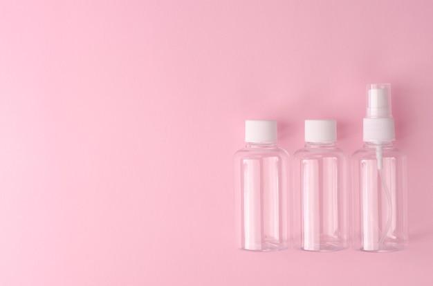 Bouteilles transparentes vides pour différents produits liquides.