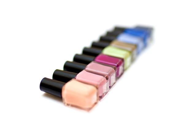 Bouteilles de vernis à ongles colorées sur fond blanc