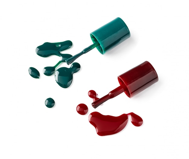 Bouteilles de vernis à ongles de couleur vive avec jus de cuisson sur fond blanc
