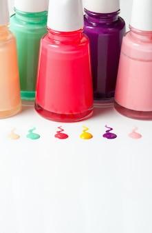 Bouteilles de vernis à ongles renversé