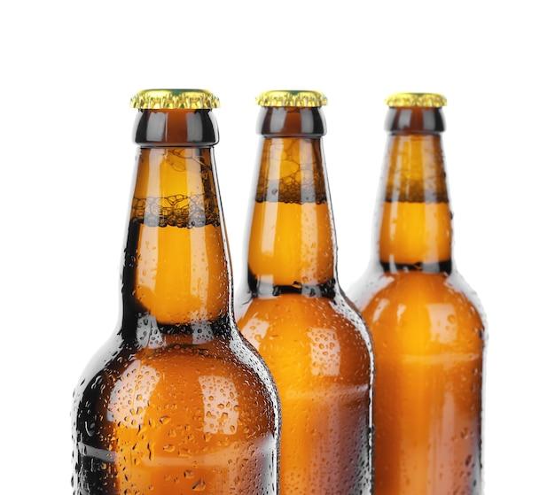 Bouteilles en verre de bière sur blanc
