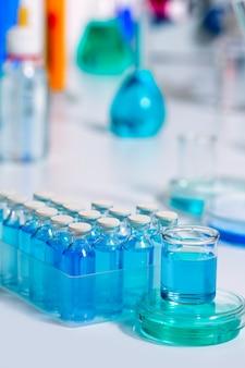 Bouteilles en verre bleu de laboratoire scientifique chimique