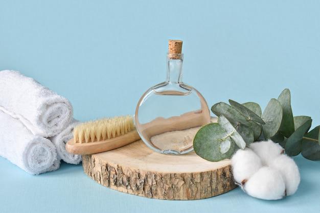 Bouteilles en verre avec une branche d'eucalyptus et de coton