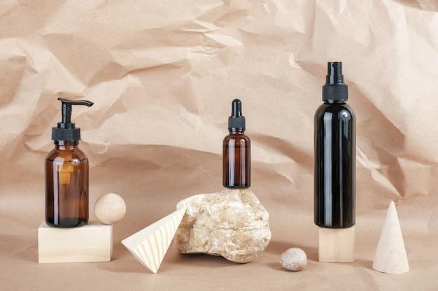 Bouteilles en verre brun de produits cosmétiques sur pierre