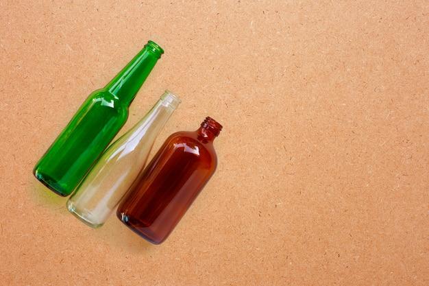 Bouteilles en verre sur contreplaqué.