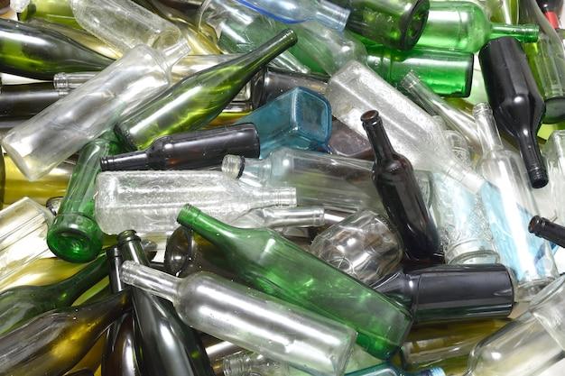 Bouteilles en verre dans un contenant de recyclage de verre