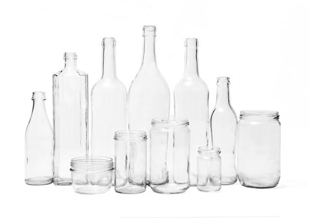 Bouteilles en verre sur fond blanc
