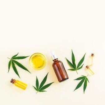Bouteilles en verre huile de cannabis cbd thc teinture et feuilles de chanvre