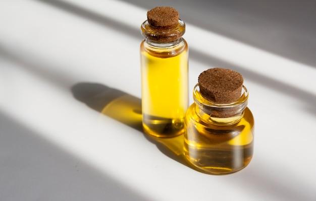 Bouteilles en verre remplies d'huile naturelle. cosmétiques naturels, concept de phytothérapie;