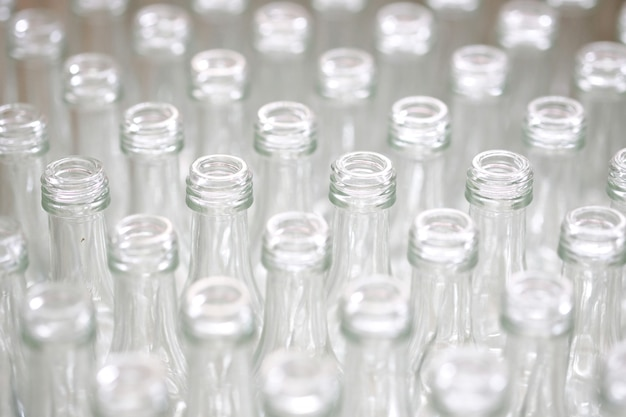 Bouteilles de verre vides en usine.