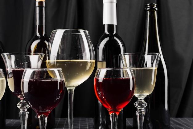 Bouteilles et verres de vin