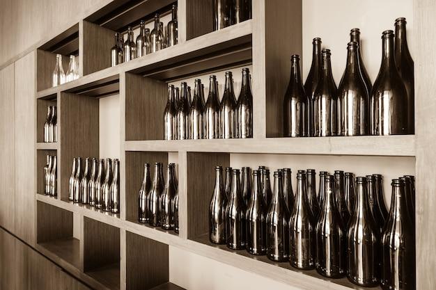 Bouteilles vides décoratives sur l'étagère