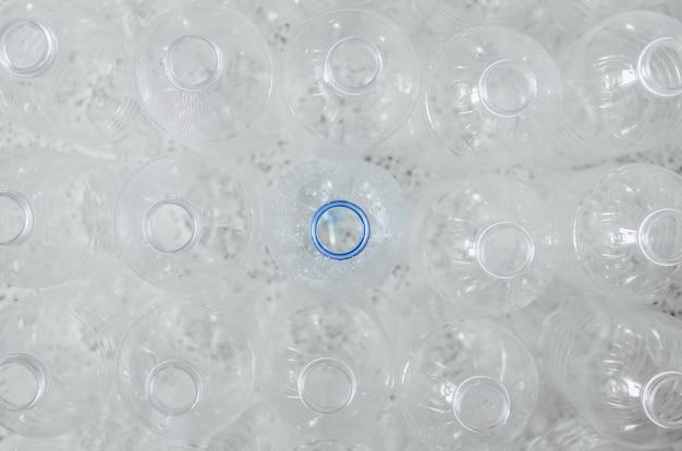 Bouteilles vides à recycler, campagne pour réduire l'utilisation de plastique et sauver le monde.