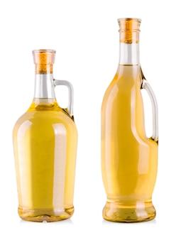 Bouteilles de vin blanc sur fond blanc.