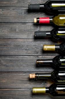 Bouteilles de vin blanc et rouge. sur un fond en bois.