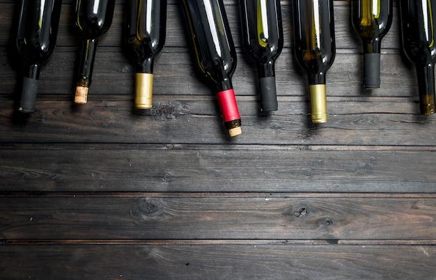 Bouteilles de vin blanc et rouge.