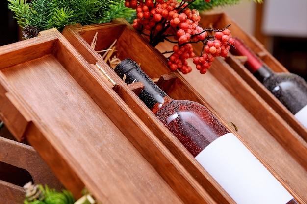 Bouteilles de vin dans des caisses en bois décorées à la boutique