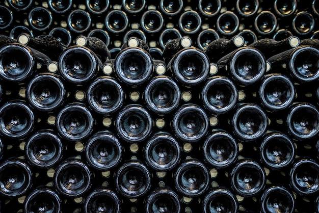 Bouteilles de vin noir alignées en rangées