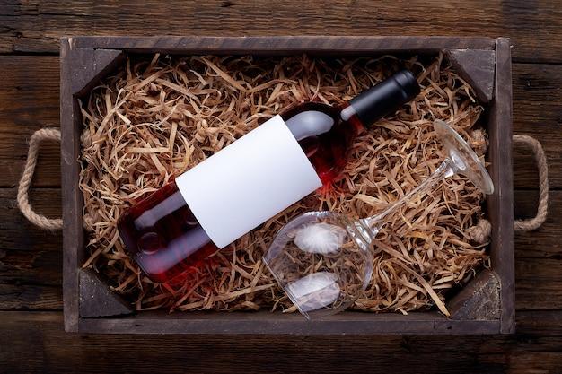 Bouteilles de vin rose emballées dans une boîte en bois ouverte
