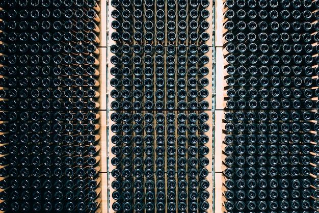 Bouteilles de vin stockées dans une cave sur le processus de fermentation