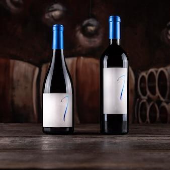 Bouteilles de vin sur une table en bois